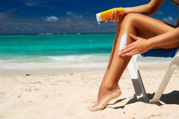 Sử dụng kem chống nắng khi đi biển